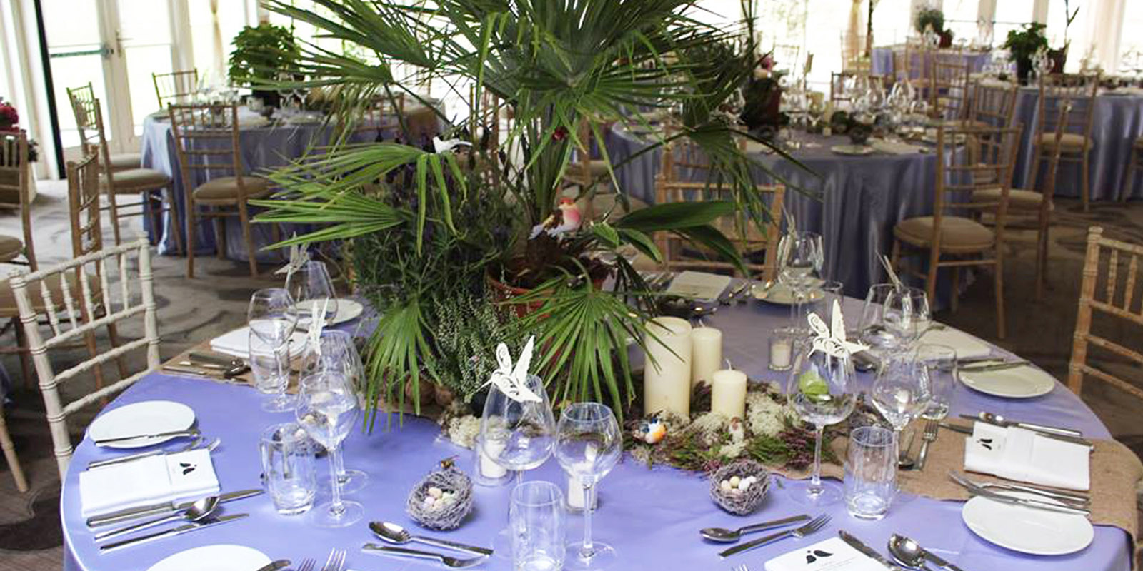wedding table settings with centrepiece